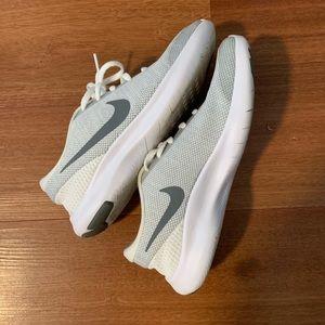 White/grey Nike's